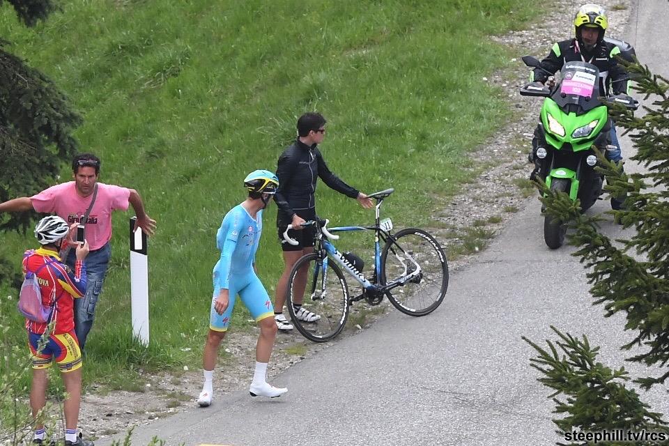 Nibali aguardando a troca da biciclista.