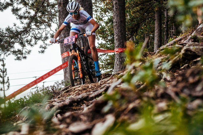 jolanda-neff-racing-to-victory-at-the-vallnord-uci-xco-world-cup-2016